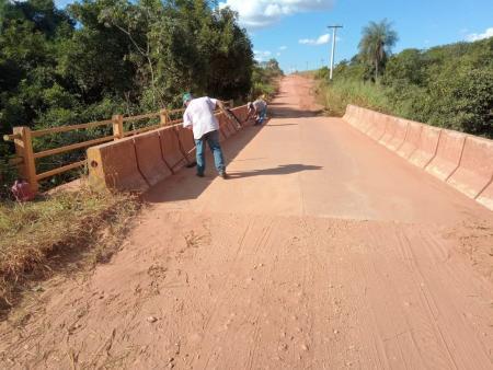 Secretaria de obras realiza limpeza e manutenção no Balneário Barrinha e ponte para o Baianópolis