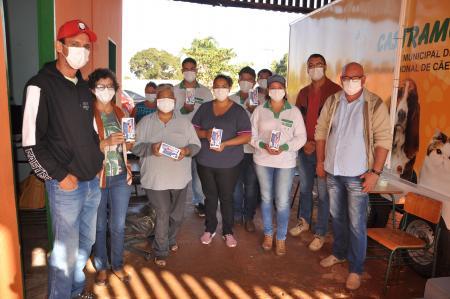 Agentes de endemias recebem celular para uso do e-visitas