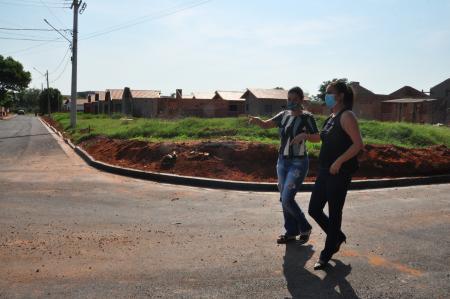 Prefeita visita obra de asfaltamento na Vila Valéria